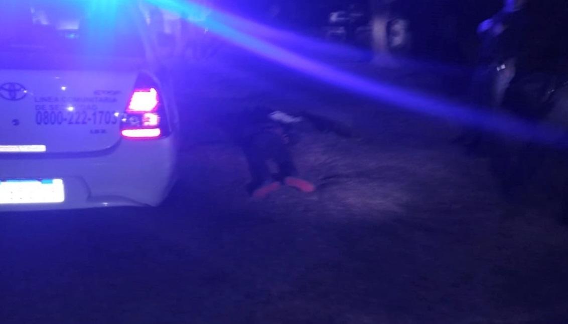 Familia atrapó a un hombre que estaba escondido debajo de una camioneta a punto de robar en un campo cerca de General Pico
