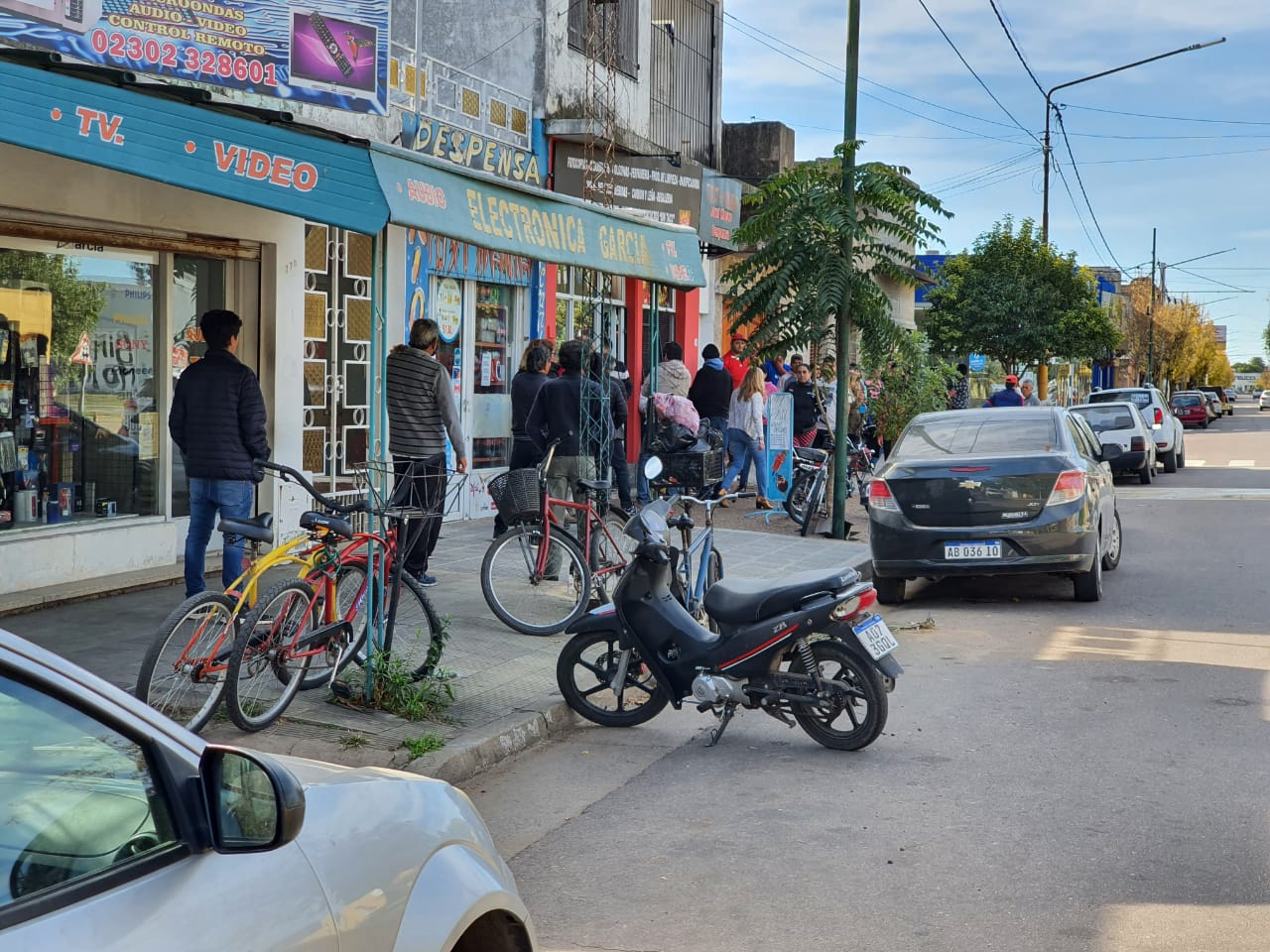 Una cola eterna y hasta varios autos en doble fila para comprar cigarrillos en General Pico