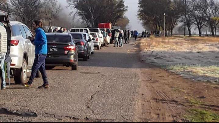 Enorme fila de autos para ingresar a la laguna Cuero de Zorro