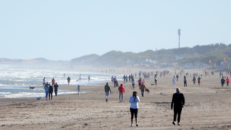 """Así disfrutaron en Monte Hermoso el primer día con permiso para """"bajar a la playa"""": Se llenó de gente"""