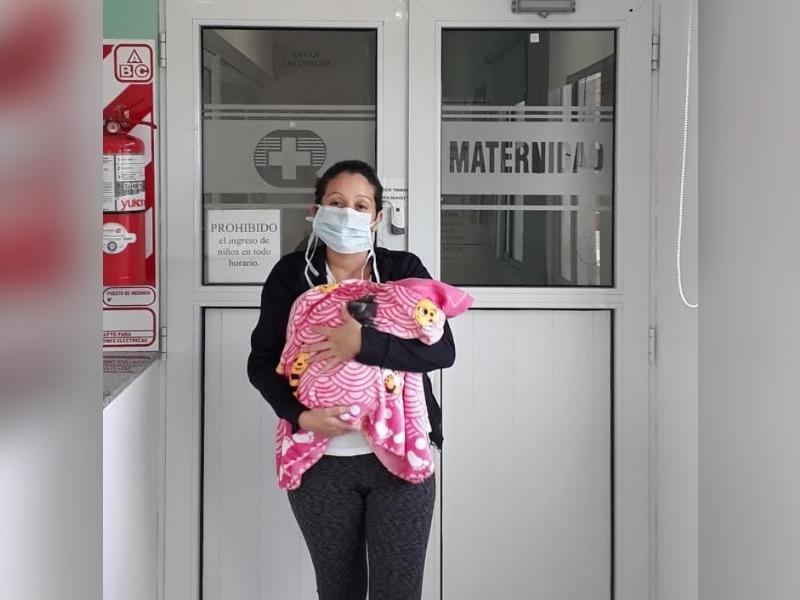 Familia piquense agradeció al personal de la Clínica Regional por la atención recibida durante el nacimiento de su bebé