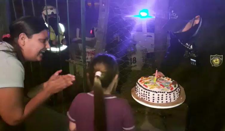 Efectivos de comisaría Segunda sorprendieron a Yoseline en el día de su cumpleaños