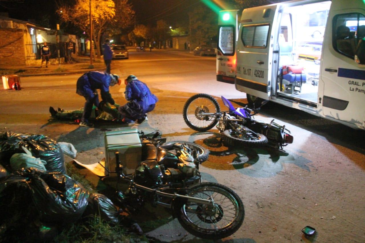 Fuerte choque entre motos en calle 6 bis y 115: Dos cadetes fueron hospitalizados