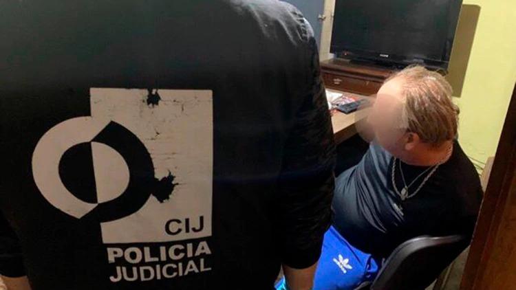 Detuvieron a un docente de un colegio primario de Villa Devoto por pedofilia: lo encontraron en la cama con un alumno de 14 años