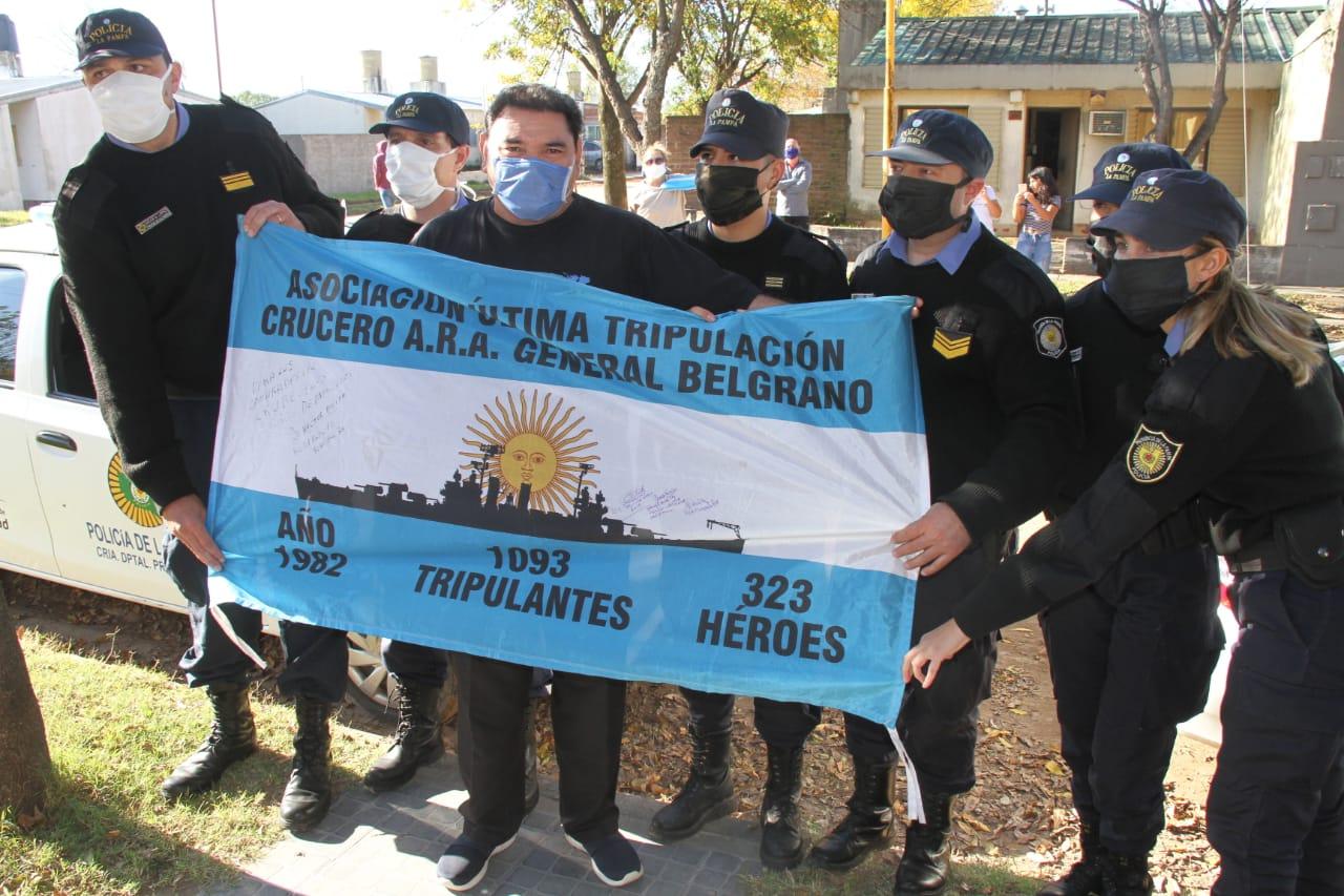 Policías de La Pampa junto a distintos vecinos homenajearon a los héroes de Malvinas en sus hogares