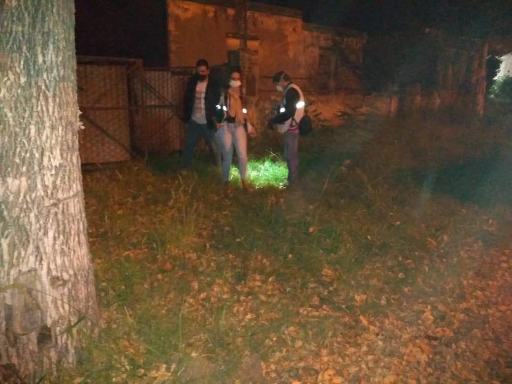 Uno de los involucrados en el violento robo a dos personas mayores, al momento de los allanamientos, huyó por los patios lindantes y se deshizo de los celulares