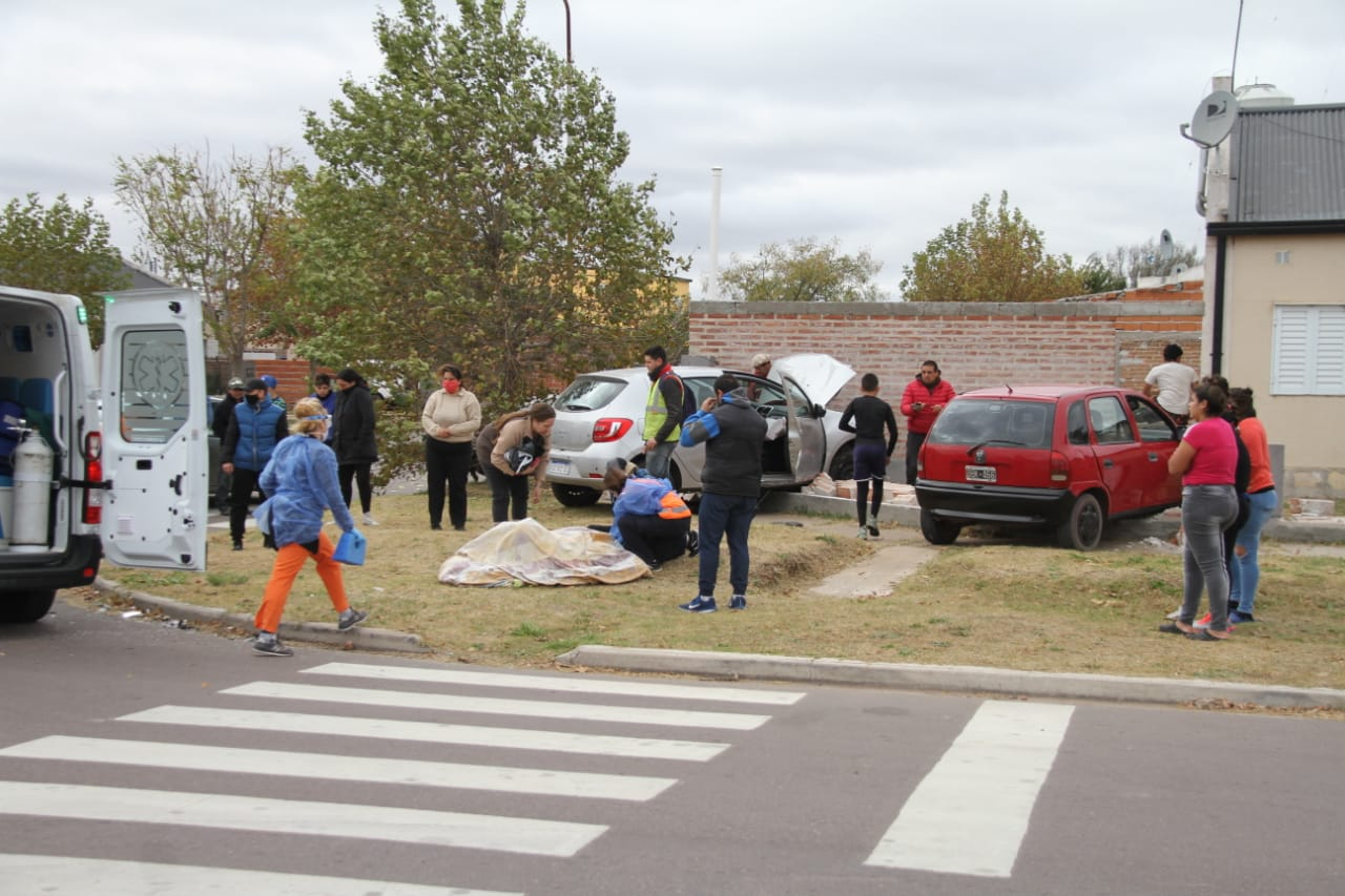Fuerte choque entre dos autos: Derribaron tapial y terminaron a metros de la puerta de ingreso a la vivienda