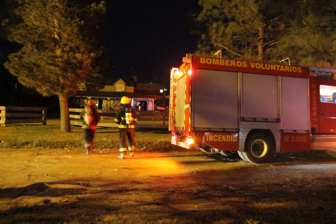 Bomberos trabajan en un principio de incendio ocurrido en una vivienda de Pueblo Nuevo