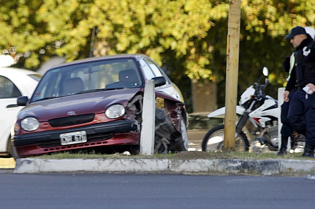Dos accidentes con minutos de diferencia: Un auto chocó columna de alumbrado y una mujer cayó de su moto