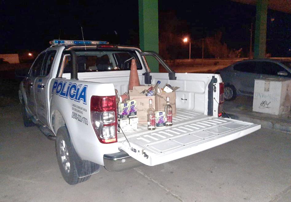 General Acha: La Policía detuvo a 24 personas que hacían una fiesta y secuestró gran cantidad de alcohol y drogas