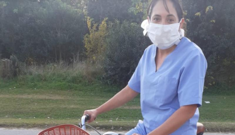 Vuelta de Obligado: Una enfermera pedalea casi 20 kilómetros todos los días para asistir a sus pacientes