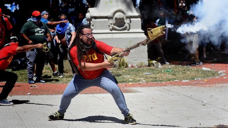 Tras dos años prófugo, detuvieron en Uruguay al militante que disparó un mortero casero frente al Congreso