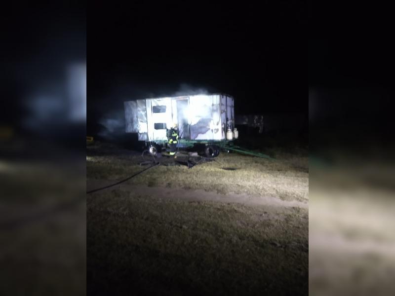 Incendio en la madrugada: el fuego destruyó una casilla que estaba en reparaciones