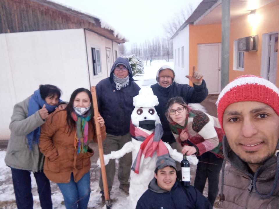 Nevó en un pueblo de La Pampa y le colocaron barbijos hasta a los muñecos de nieve