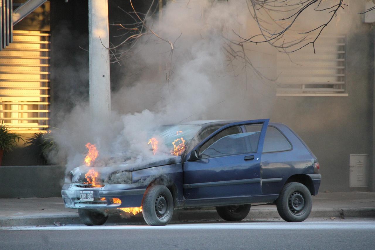 El fuego destruyó la parte delantera de un auto en calle 20 y 105
