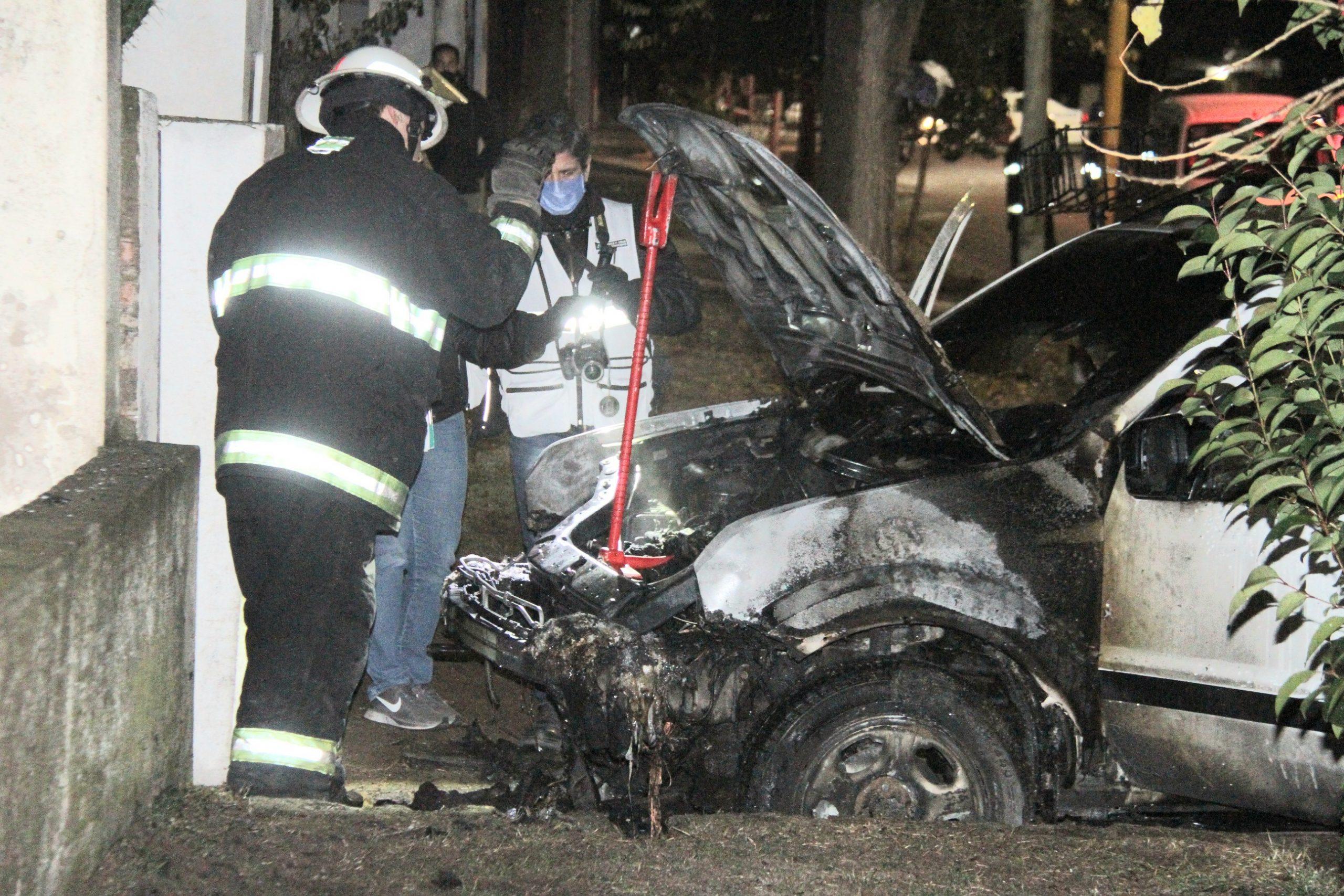 Investigan si prendieron fuego intencionalmente una camioneta en horas de la madrugada
