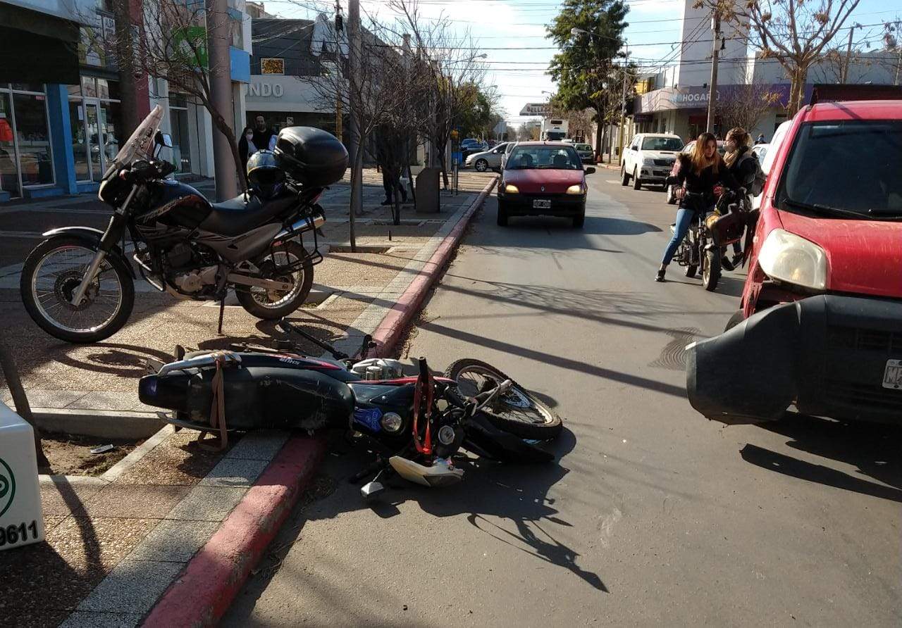 Accidente en pleno centro de General Pico: Trasladan una motociclista al hospital