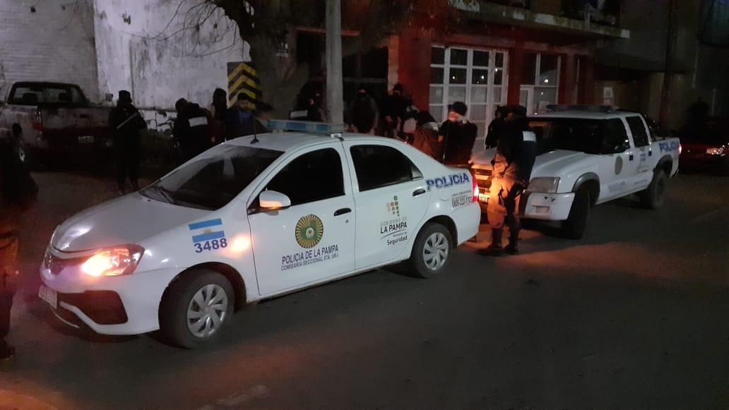 La Policía demoró a 81 personas que participaron de una fiesta clandestina en Santa Rosa