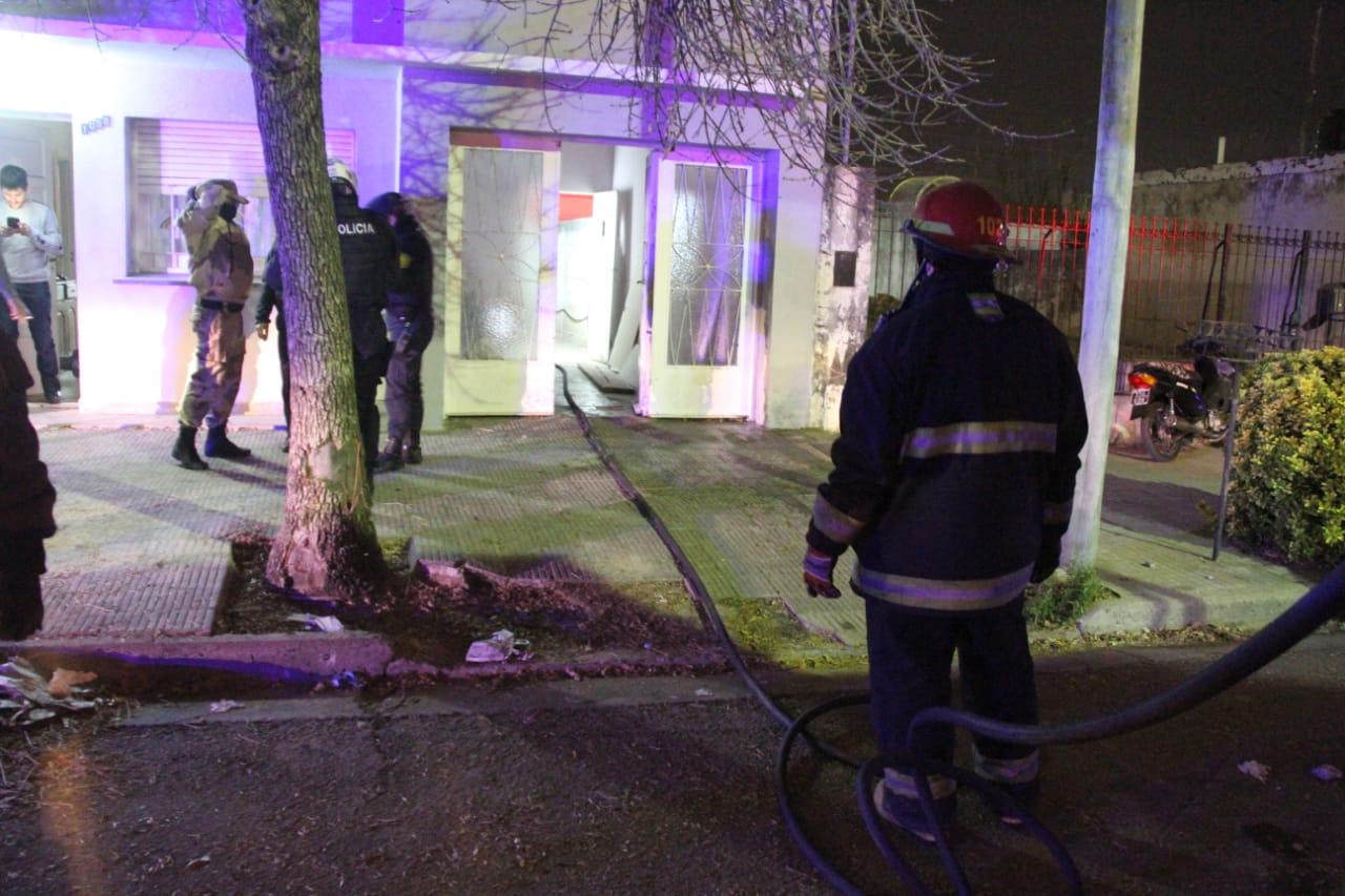 Bomberos tuvieron que acudir a dos incendios que se produjeron casi al mismo tiempo