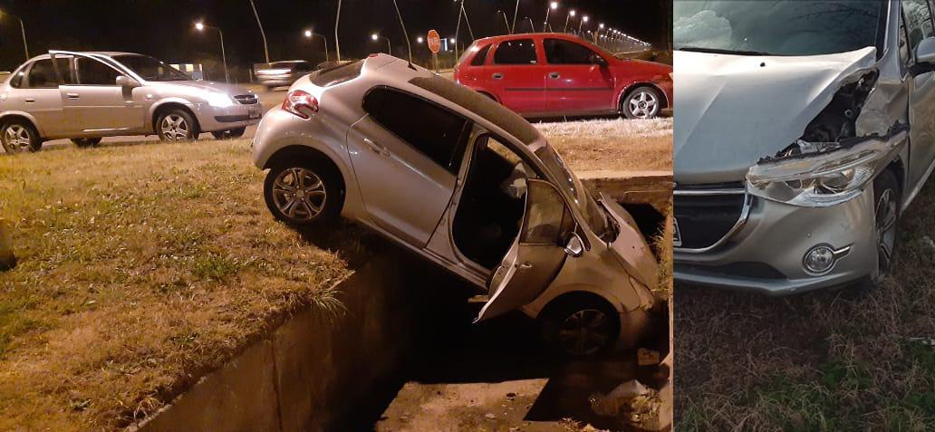 Conductor alcoholizado se despistó y terminó adentro de un canal de desagüe