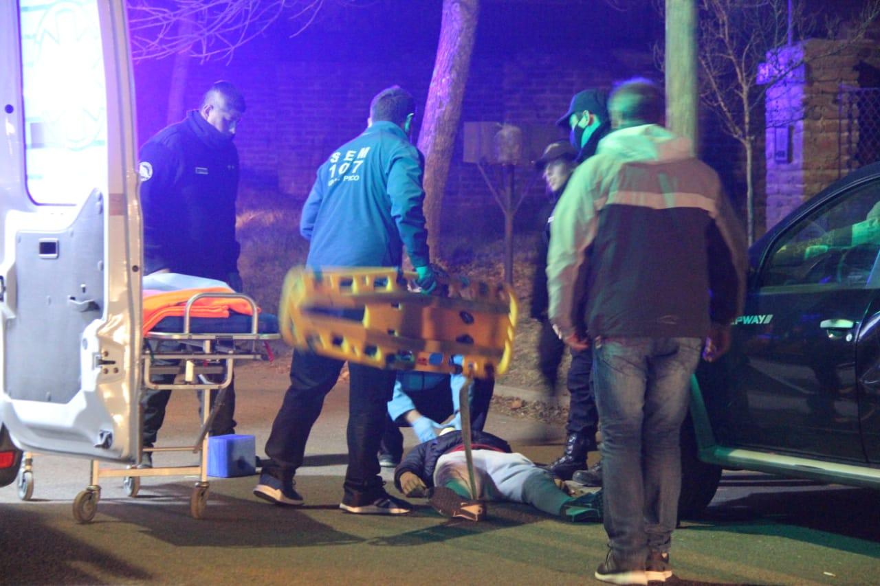 Encuentran a un hombre tirado en la calle e investigan si sufrió un accidente de tránsito