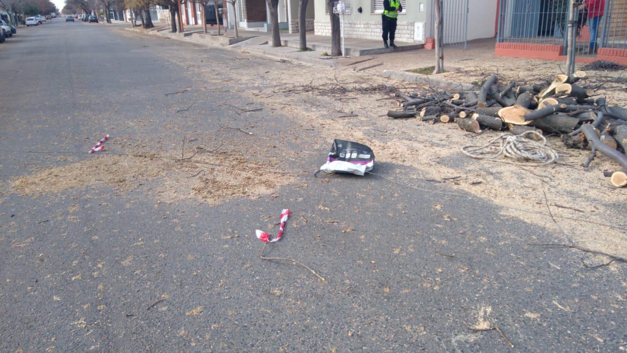 Diariero dobló en una calle que tenía el tránsito cerrado y sufrió un accidente: Presentaba un corte en el párpado y una lesión en el pie