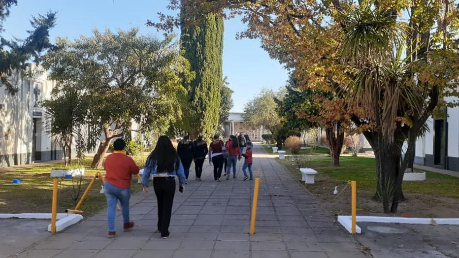 """Alta concurrencia en el cementerio de General Pico por el Día del Padre: """"Vino 3 o 4 veces más gente de lo habitual"""""""
