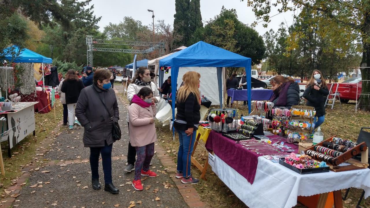 A pesar del frío, muchos vecinos disfrutaron del regreso de la Feria de Emprendedores y Artesanos en el Paseo de los Inmigrantes