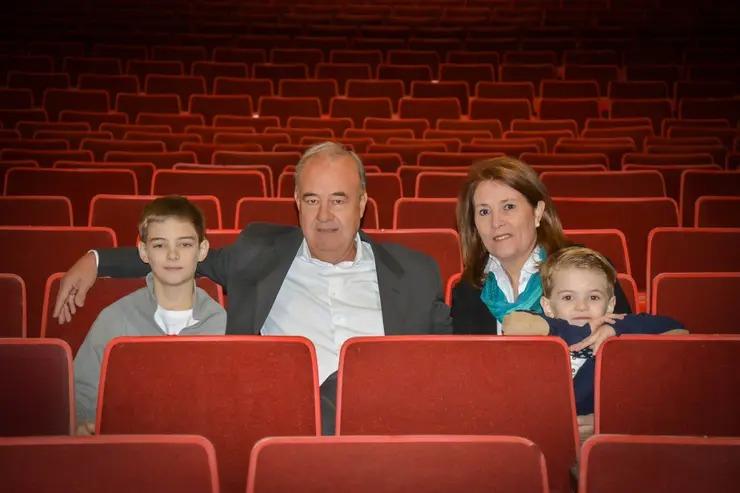 Mientras los teatros cierran, en La Pampa una familia construye una gran sala desde hace 10 años