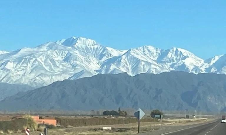 ¡Bella imagen!: Hoy, luego del viento Zonda, ingresó un frente frío que llenó las montañas de nieve en Mendoza