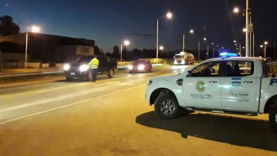 La Policía intervino dos fiestas clandestinas en Santa Rosa: Hubo 33 demorados, secuestro de vehículos y un agente recibió una puñalada