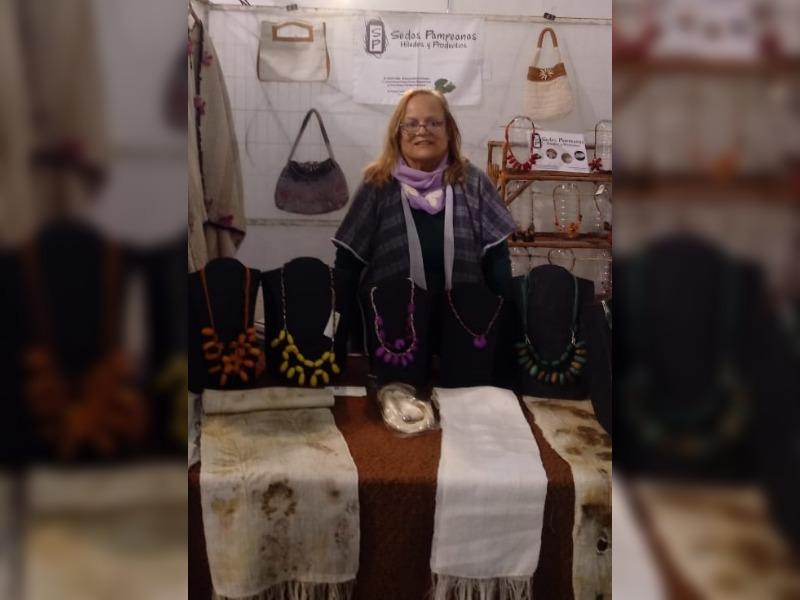 """Conocé a Susana Villegas, la mujer que produce gusanos de seda desde hace veinte años en Realicó: """"Este proyecto es realmente distinto a todos los demás"""""""