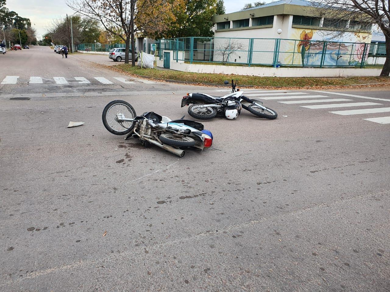 Motorista de la policía y una mujer fueron trasladados al hospital tras un choque de motos