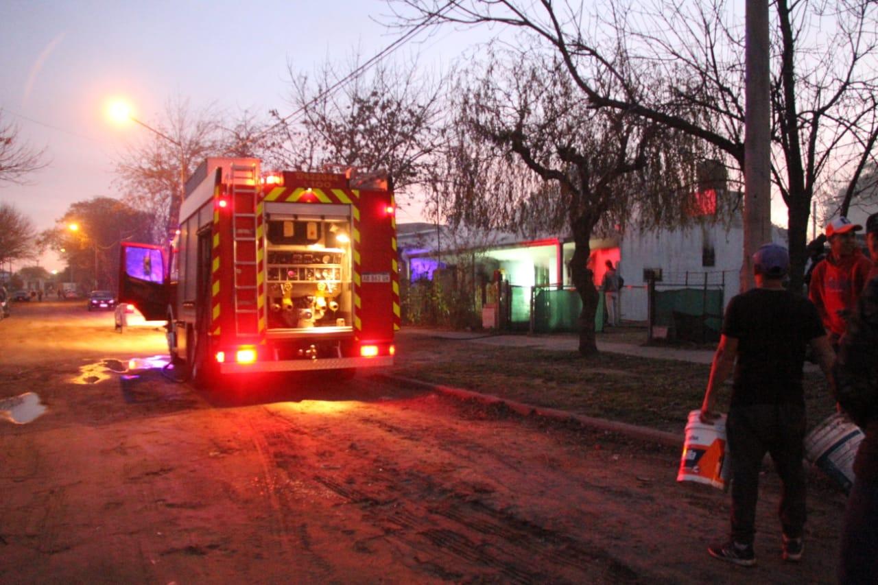 Dos dotaciones de Bomberos trabajan en un incendio de vivienda