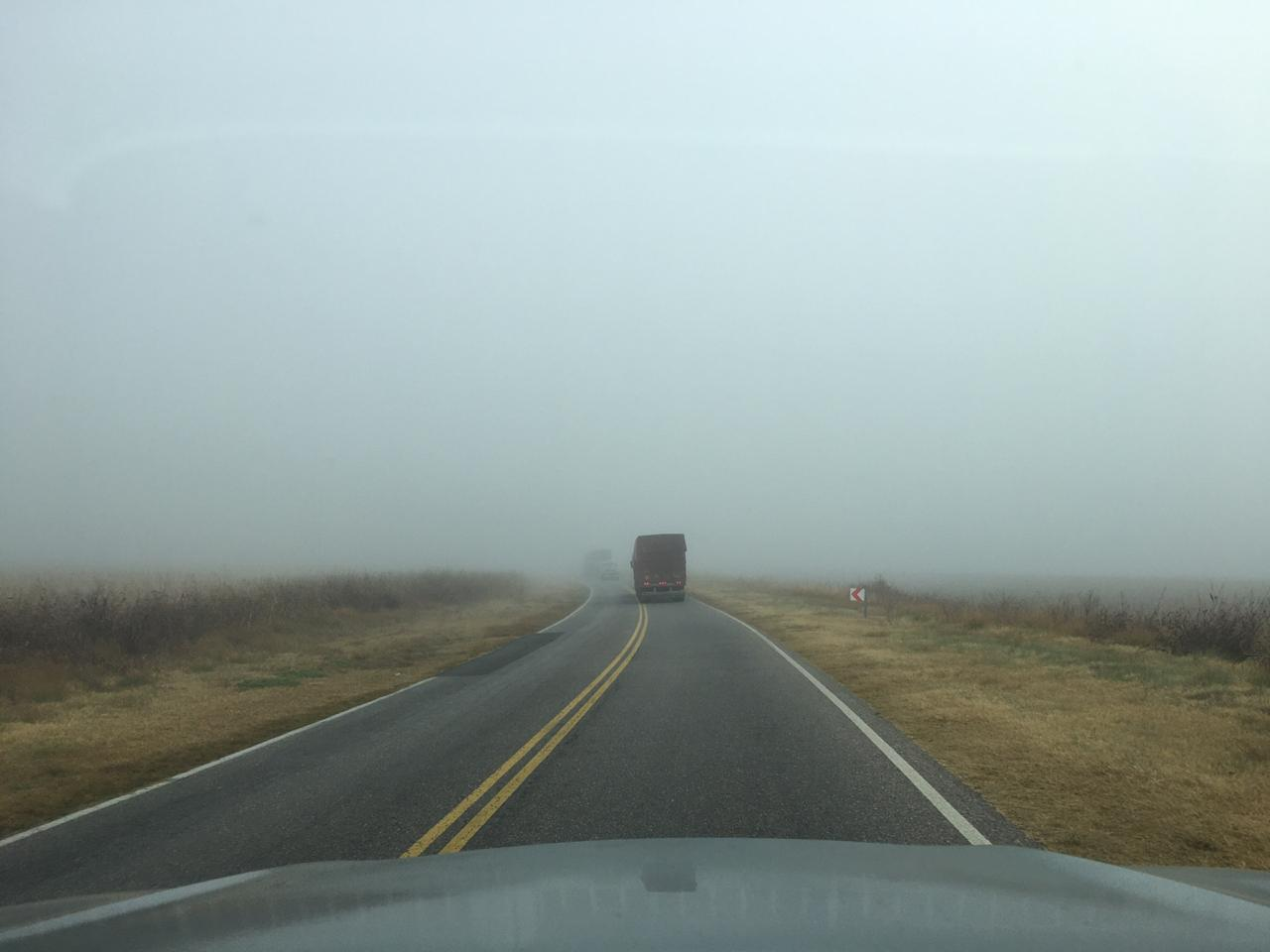 Por el humo y la niebla: Camioneros alertaron de la poca visibilidad en el sector de la RRU y la policía trabajó hasta las 02.00 de la mañana