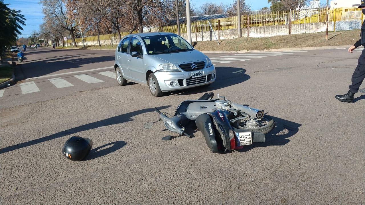 Una mujer mayor resultó lesionada en un choque entre un auto y una moto