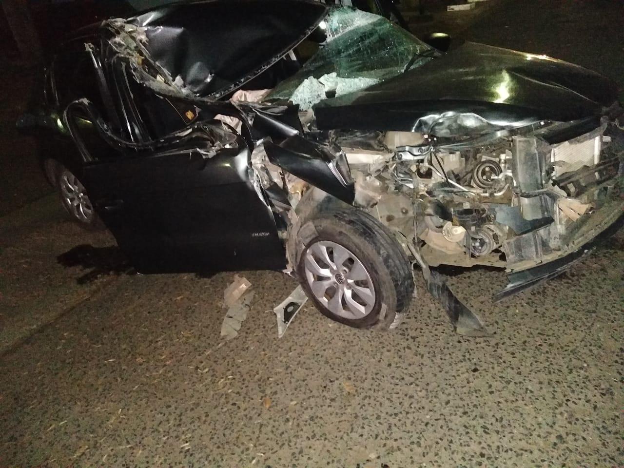 Fuerte choque en la madrugada: un auto se estrelló contra el acoplado de un camión