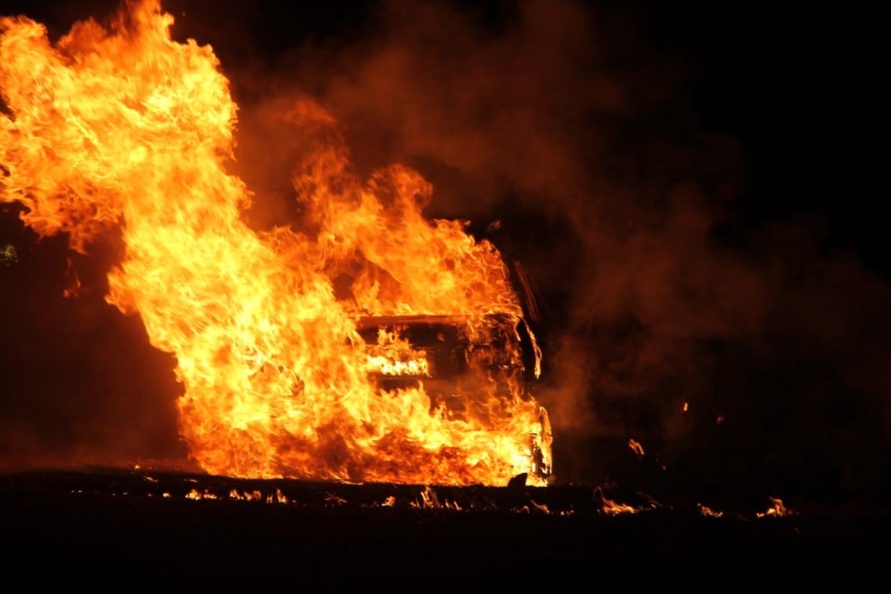 Impresionantes imágenes de un auto completamente envuelto en llamas en la Ruta 101 a 12 kilómetros de General Pico