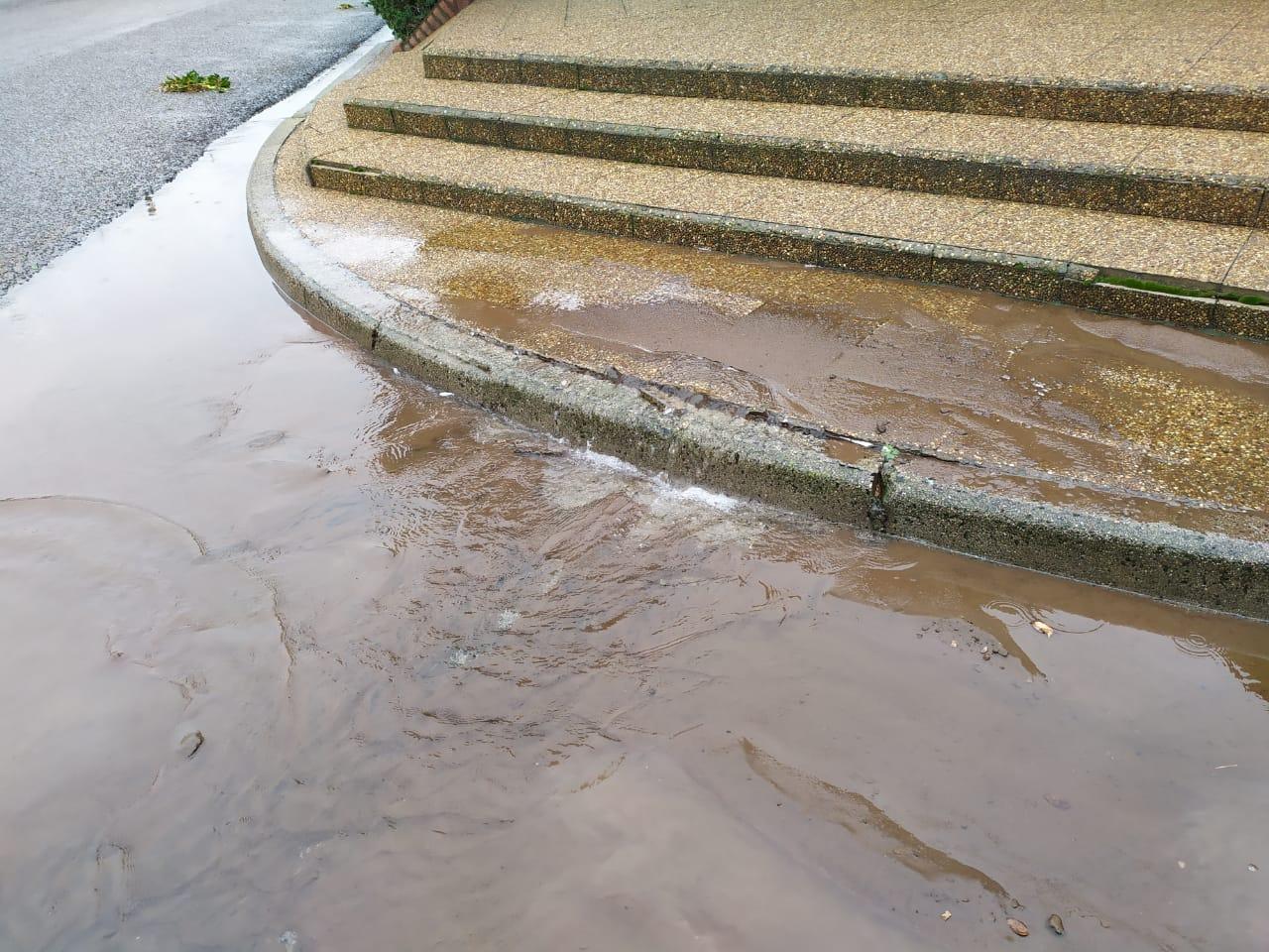URGENTE: se rompió un caño principal de agua y afecta al servicio del barrio San Etelvino y el Parque industrial