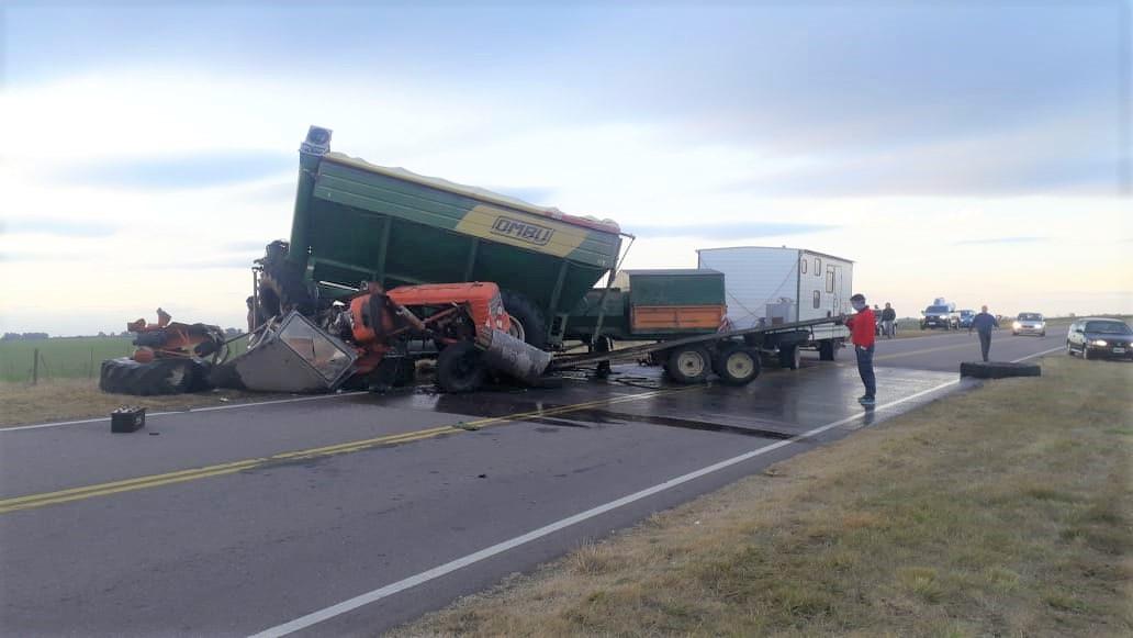 Gravísimo accidente en la Ruta 4 pasando Trenel: Un tractor con monotolva volcó y el conductor fue hospitalizado con heridas