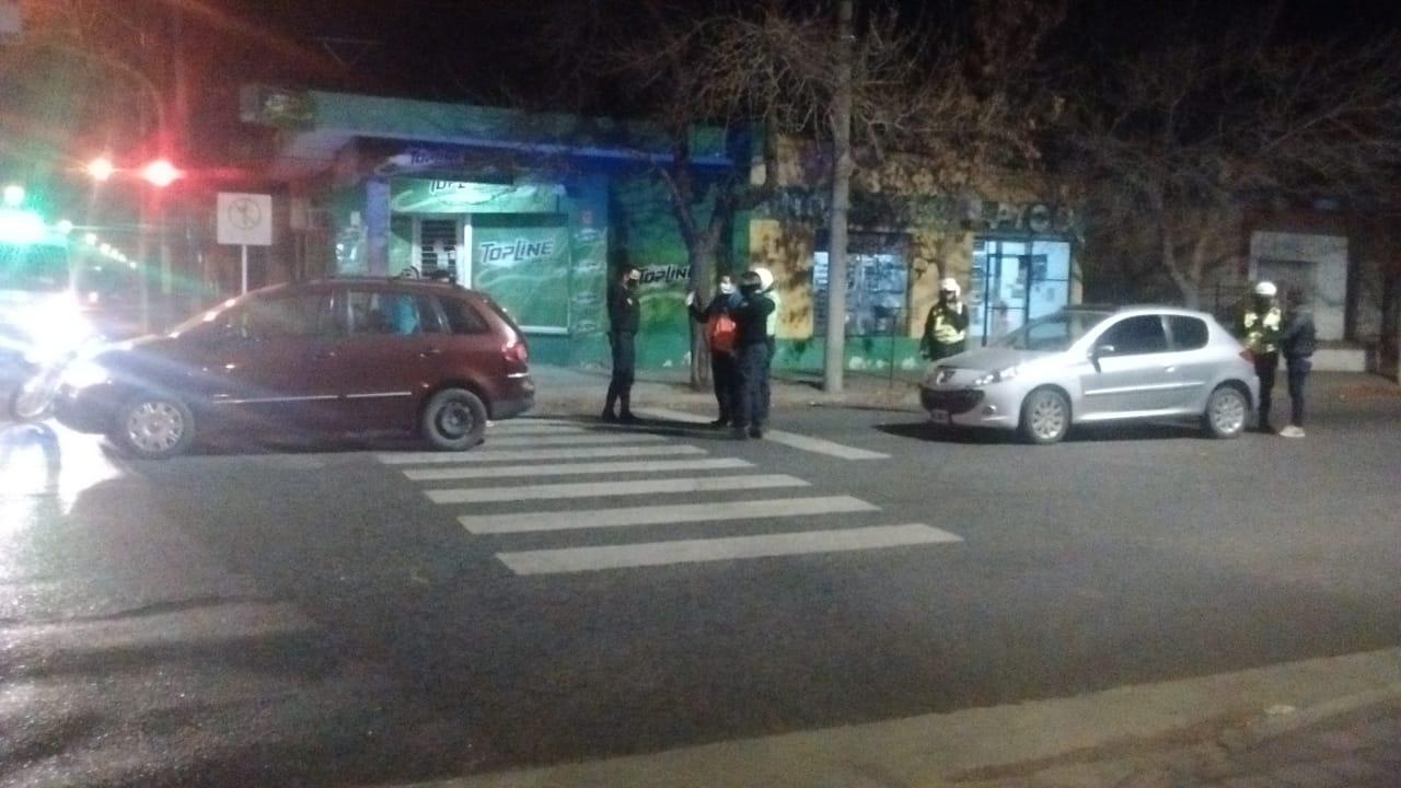 Solo se rompieron chapas: Choque entre dos autos en calle 17 y 2