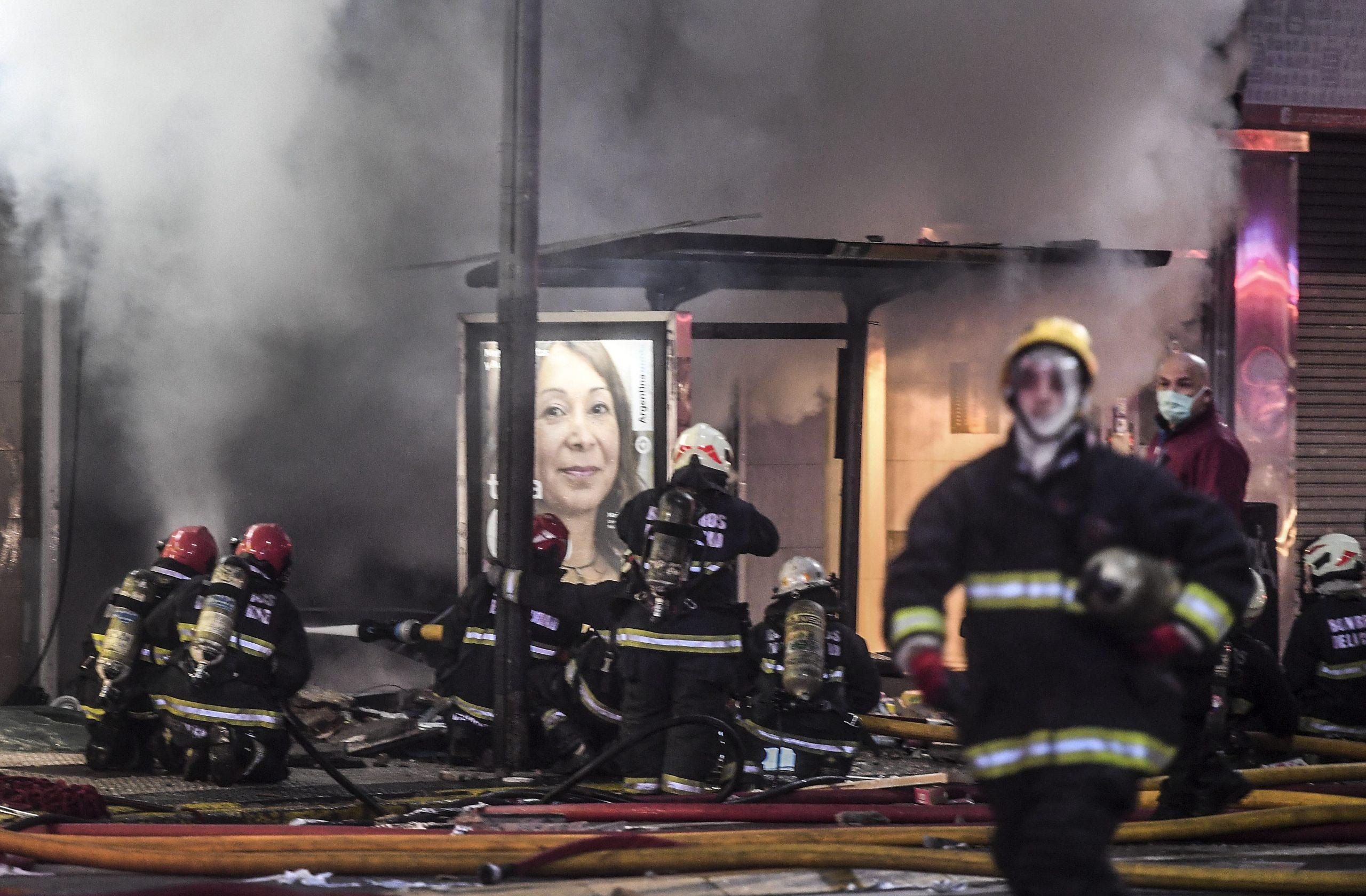 Dos bomberos muertos por las explosiones e incendio en un edificio de Villa Crespo