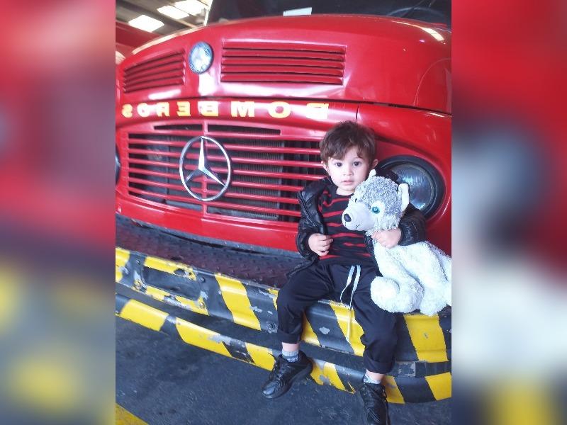 El pequeño Antuan ama los Bomberos, fabricó su propio camioncito y cumplió su sueño de conocerlos visitando el cuartel de General Pico