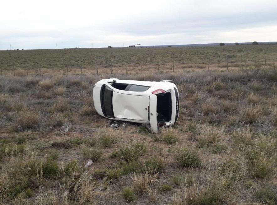 Volcó un auto cerca de Puelches: no se registraron heridos de consideración