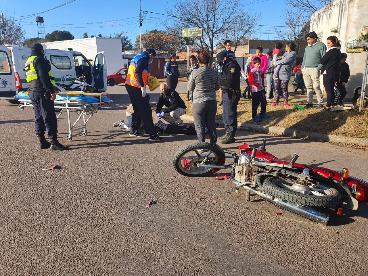 Cuarto accidente del día: Una moto chocó con una bicicleta en calle 21 y 102, un menor de edad fue hospitalizado