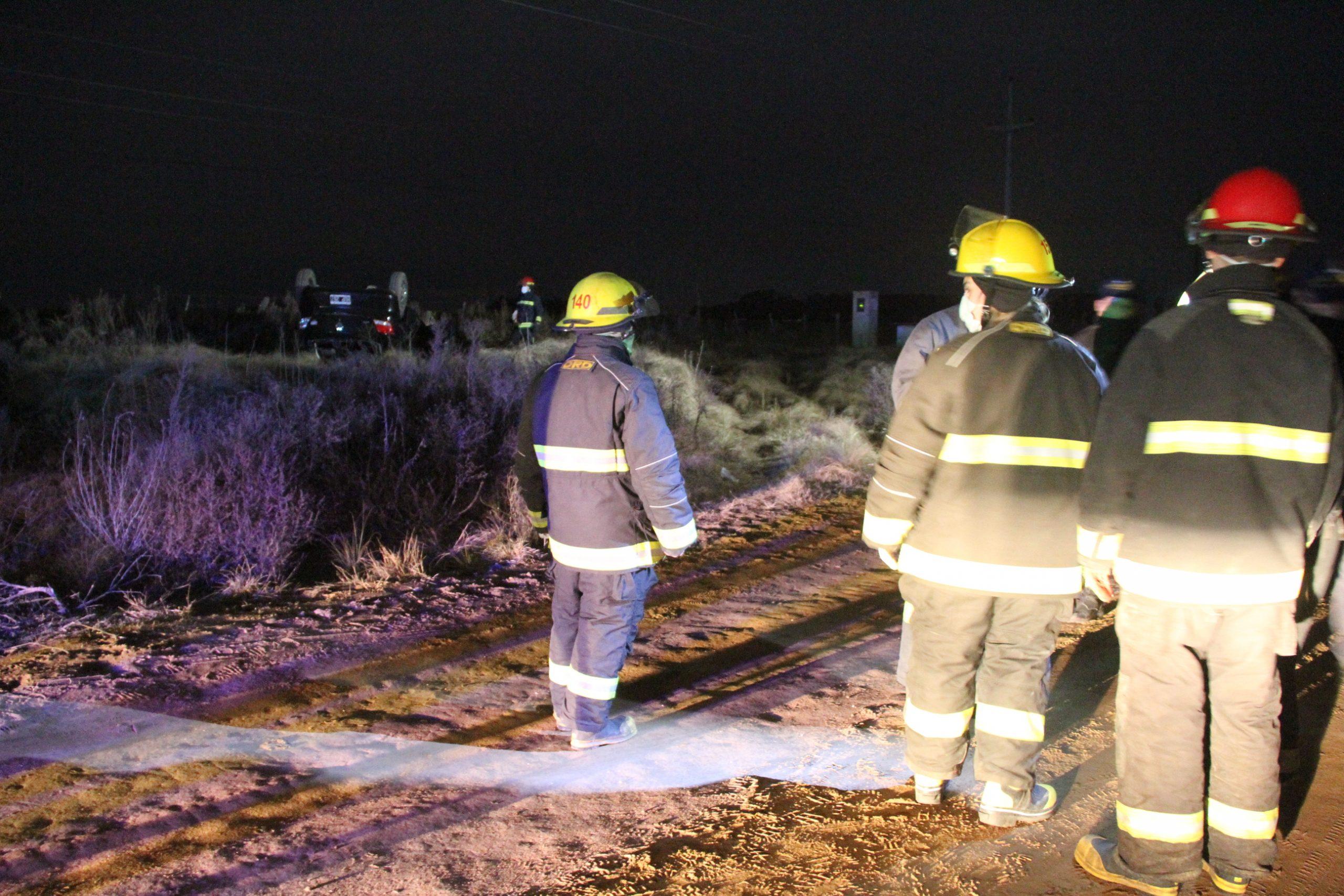 Un automóvil volcó en un camino de tierra entre Dorila y General Pico