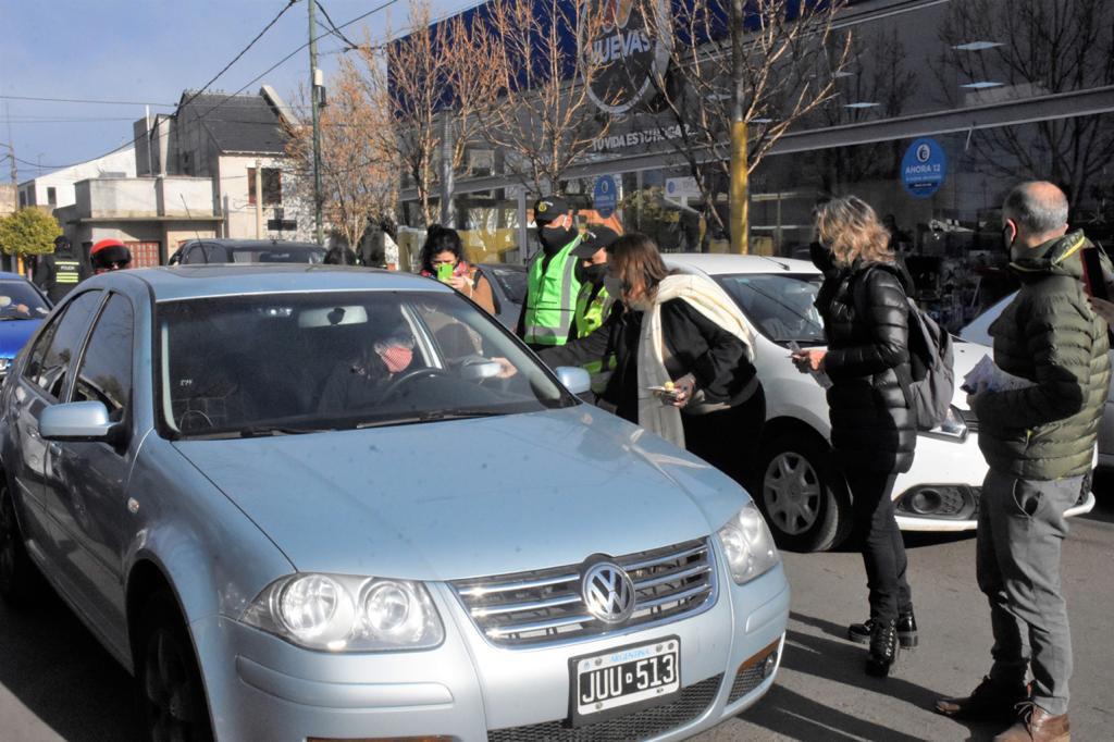 """Funcionarios repartieron folletos por la Semana de la Seguridad Vial: """"La gente ha respondido muy bien, hay que insistir con la prevención"""""""