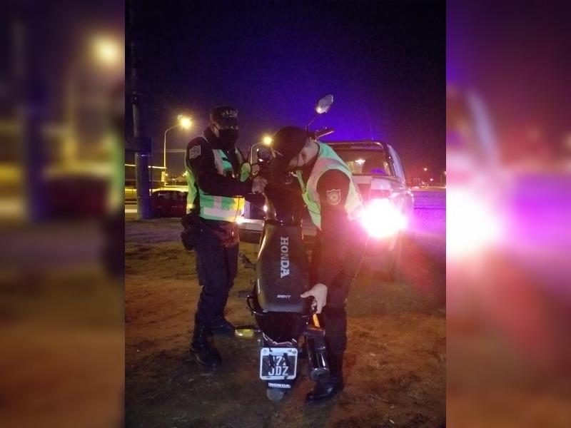Delincuente que circulaba en una moto robada se dio a la fuga al ver la Policía y finalmente terminó abandonando el rodado en barrio Ranqueles