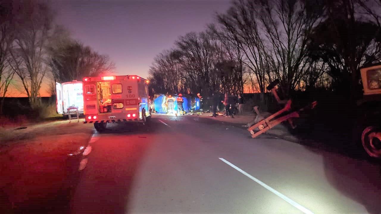 Grave choque y vuelco en Ruta 102 cerca de Castex: Un auto impactó con un tractor con enganche y el conductor quedó atrapado dentro del vehículo