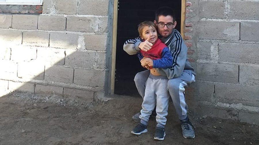 """Del Campillo: Emotiva movida solidaria para que """"Cheito"""", un hombre sordomudo que perdió a su madre, tenga su casa propia"""